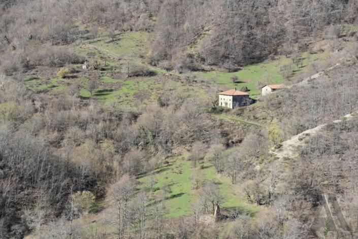 Dalla mulattiera presso Il Finocchio, veduta dell'insediamento dell'Eremo Nuovo e dei ruderi delle più antiche preesistenze (7/04/18)