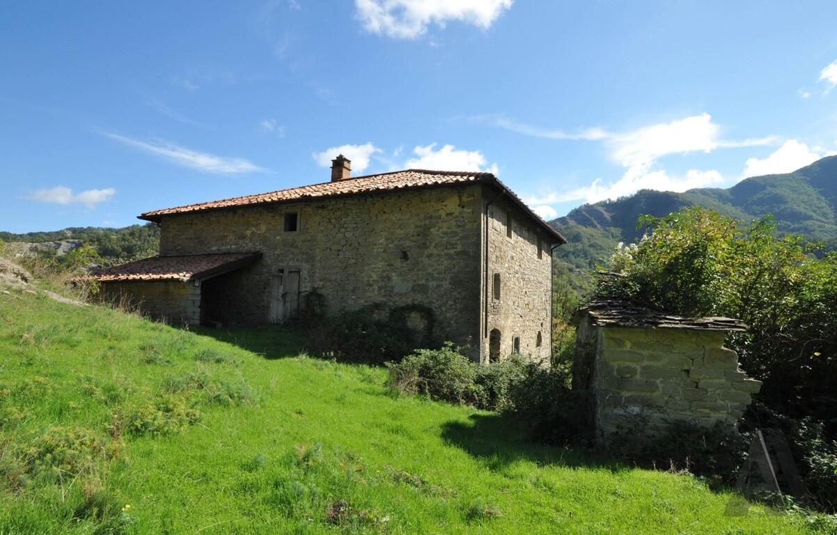 L'Eremo Nuovo e l'interno fatiscente della cucina con il camino datato 1855 (3/10/12).